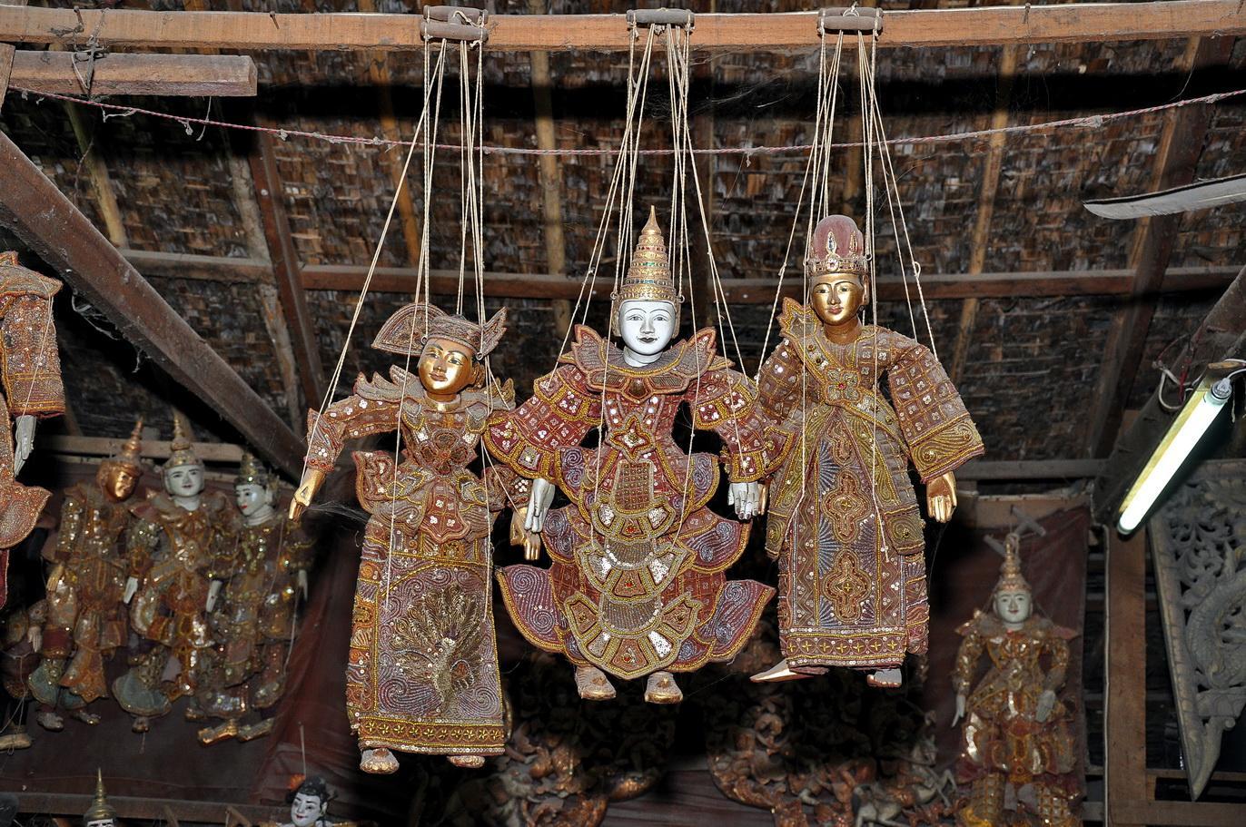 Marionetki w tradycyjnych strojach dworskich