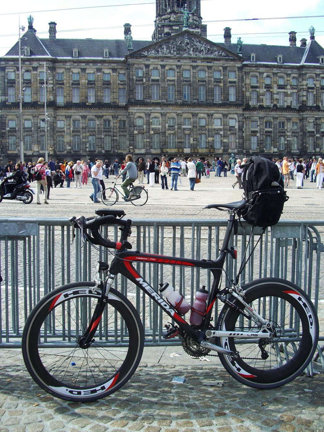 Vor dem Königinnen-Palast in Amsterdam