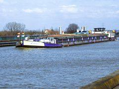 Lastschiff auf der neuen Trogbrücke