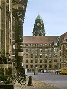 An der Kreuzkirche mit Blick auf Rathausturm