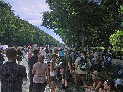 Die Straße des 17. Juni füllt sich trotz der Polizeiabsperrungen