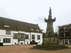 Marktplatz mit Franz-Hausmann-Denkmal