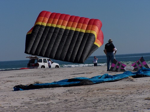 Barry and Karena nd team from Texas fly a somewhat larger kite than the minis Dad and I were flying...